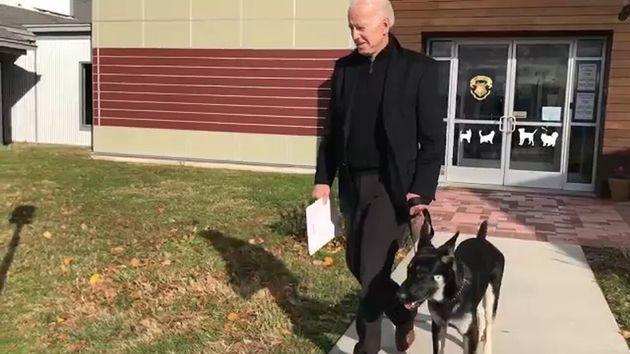 Joe Biden y su perro adoptado