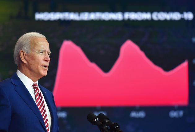 Joe Biden évoque la gestion du Covid-19 avec derrière lui un graphique sur les hospitalisations,...