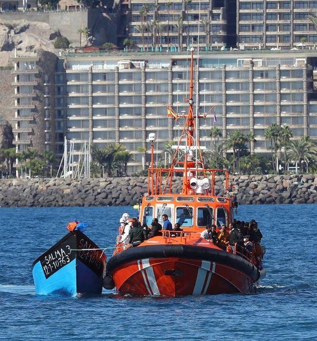 Un barco de Salvamento Marítimo remolca una patera llegada este lunes a