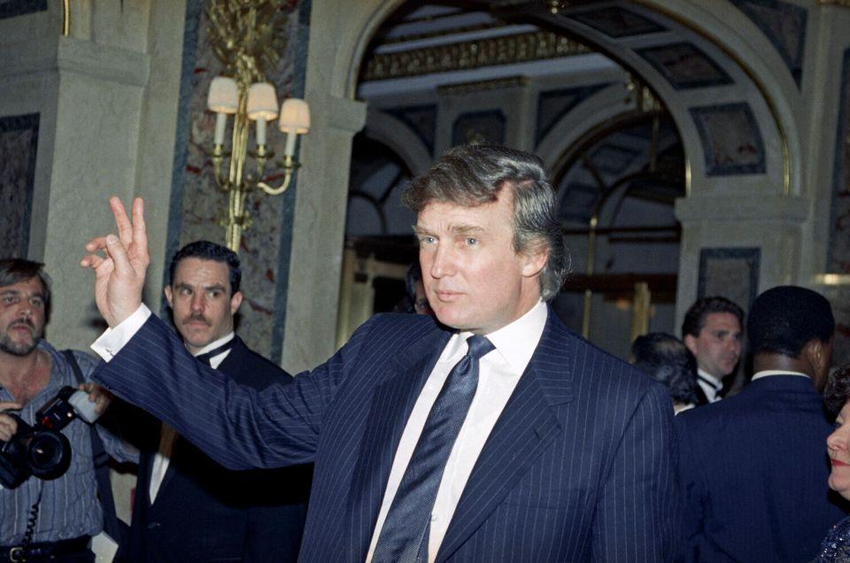 도널드 트럼프가 기자들에게 손을 흔들고 있다. 뉴욕. 1991년