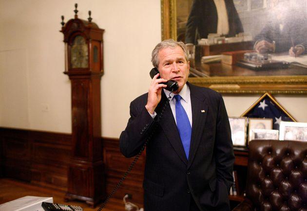 ホワイトハウスの執務室で、大統領選に勝利したバラク・オバマ氏に祝福の電話をかけるジョージ・W・ブッシュ大統領(当時)=2008年11月4日