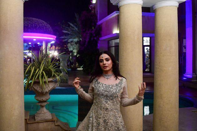 Sur cette photo prise le 15 octobre 2020, Mehar Bano, l'actrice de Churails s'exprime dans une