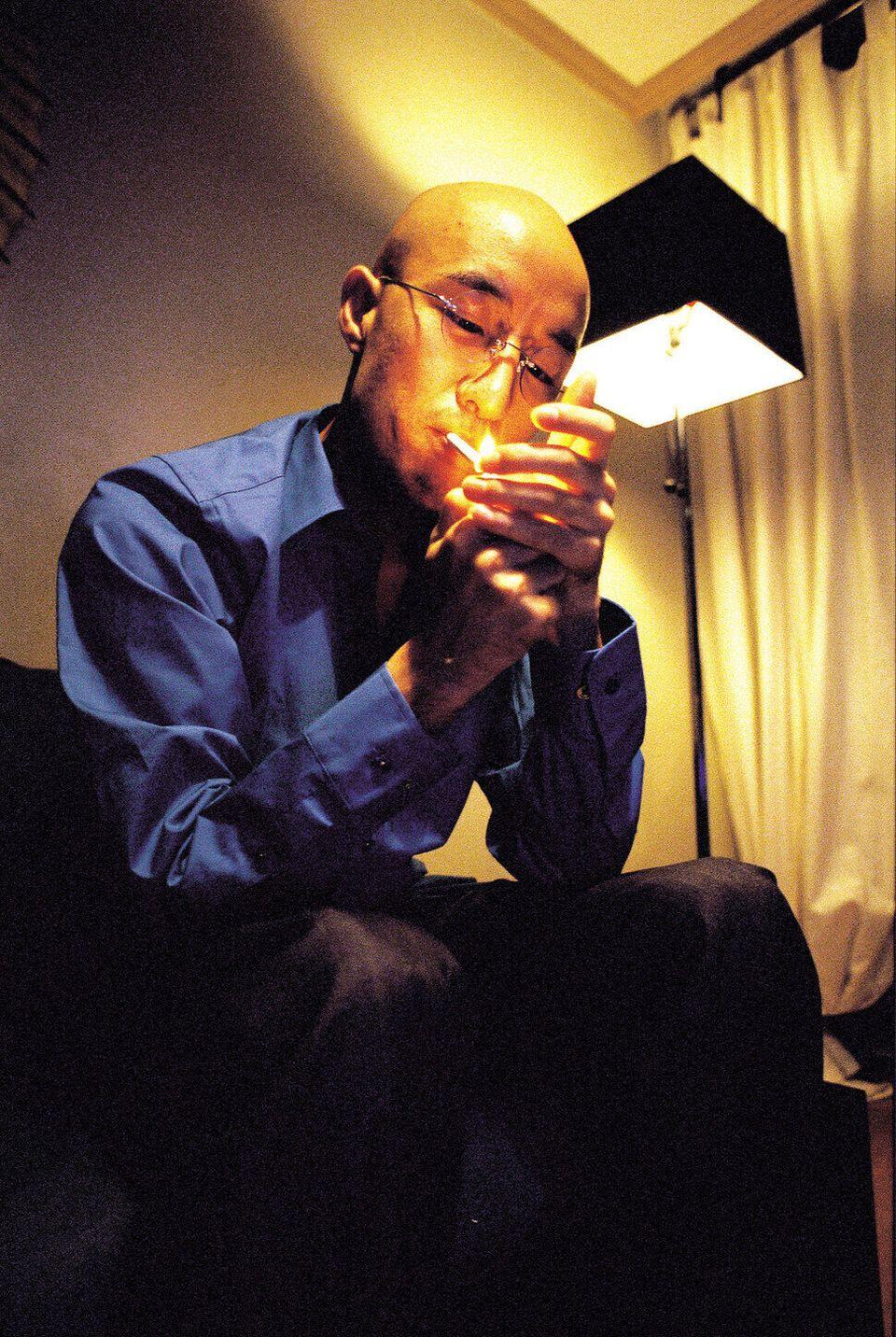 2000년 9월29일, 홍석천이 자택에서 담뱃불을 붙이고 있다. 국내 연예인 최초로 커밍아웃을 하고 난 뒤 인터뷰를 하던 중이었다. 얼굴에 그동안 겪은 심적인 고통이 묻어났다. 예측할...