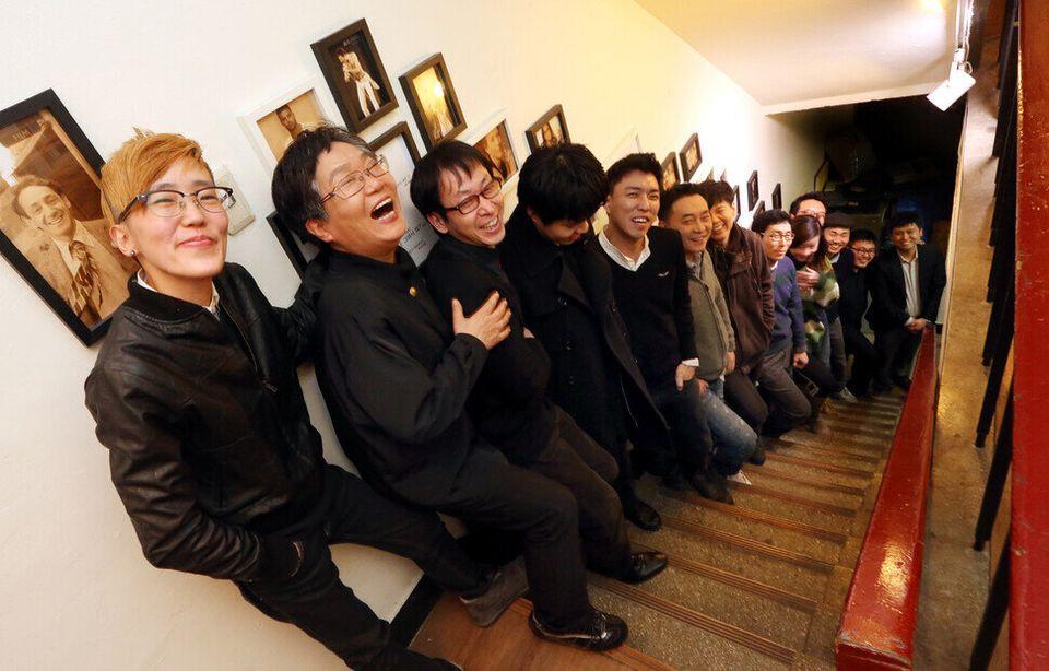 한국게이인권단체 '친구사이'와 한국레즈비언인권단체 '끼리끼리' 회원들이 2014년 2월12일 저녁, 서울 종로구 묘동 친구사이 사무실 커밍아웃...