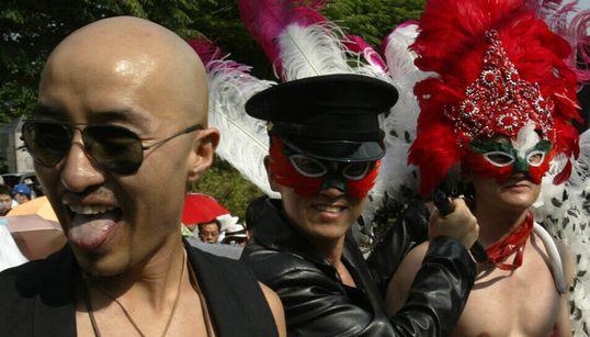 [팩트스토리] 20년 전 홍석천의 커밍아웃 : 동성애를 '정신질환' 또는 '성도착증'으로 여기던