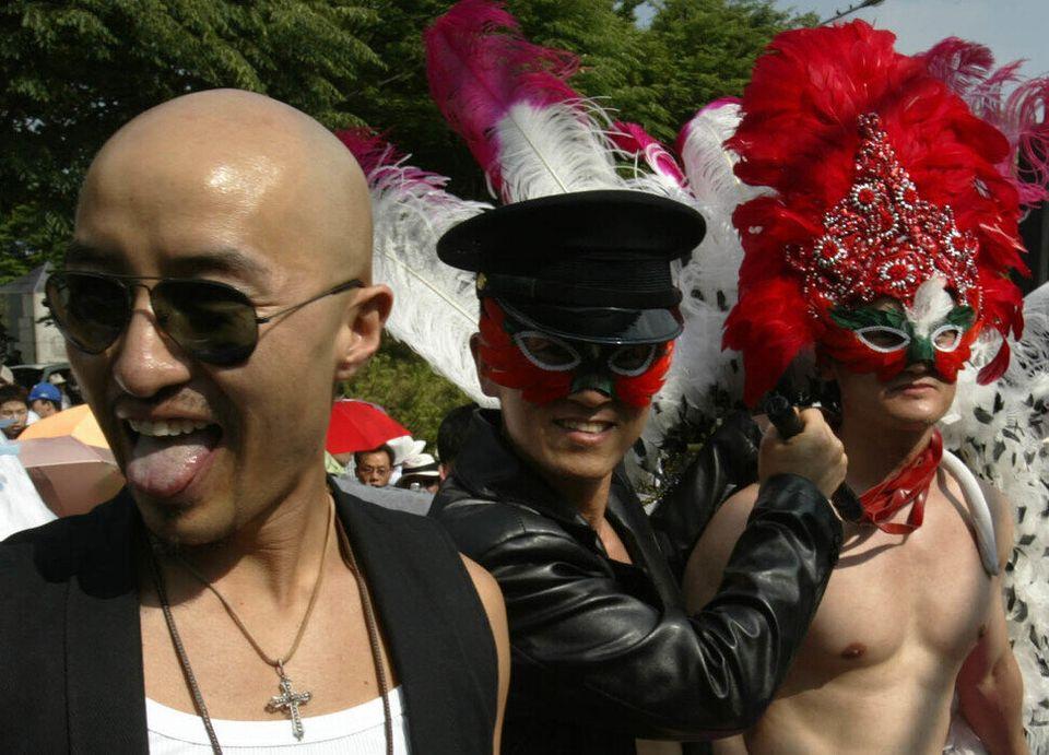 밝은 웃음을 되찾은 홍석천. 커밍아웃한 지 어느덧 5년째다. 2005년 6월5일 '제6회 퀴어문화축제'에서 화려한 분장을 한 참가자들과 함께 찍었다. 2004년에는...