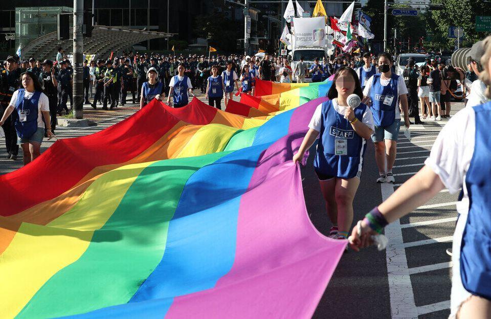 2018년 7월14일, 제19회 서울퀴어문화축제에 참가한 사람들이 성소수자 인권을 상징하는 무지개 깃발을 나눠 들고 행진하고 있다. 전세계 모든 성소수자 퍼레이드에는 항상 무지개 깃발이...