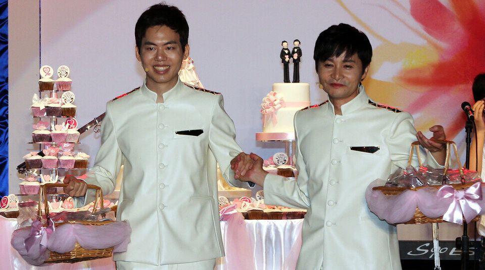 김조광수 감독은 커밍아웃한 지 7년 만에 김승환 레인보우팩토리 대표와 결혼식을 올렸다. 국내 첫 동성결혼식이지만, 법적으로 혼인관계가 인정되진 않는다. 동성결혼은 언제쯤 법제화될까?...