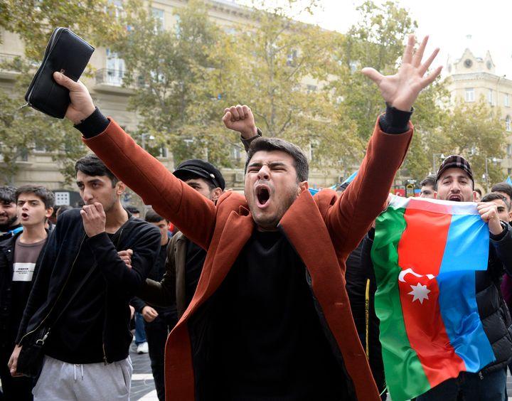 Los azerbaiyanos celebran con banderas nacionales en Bakú, Azerbaiyán, el 10 de noviembre de 2020. & nbsp;
