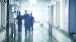 Malata di Covid muore in ospedale, i parenti provano a sfondare porta con una