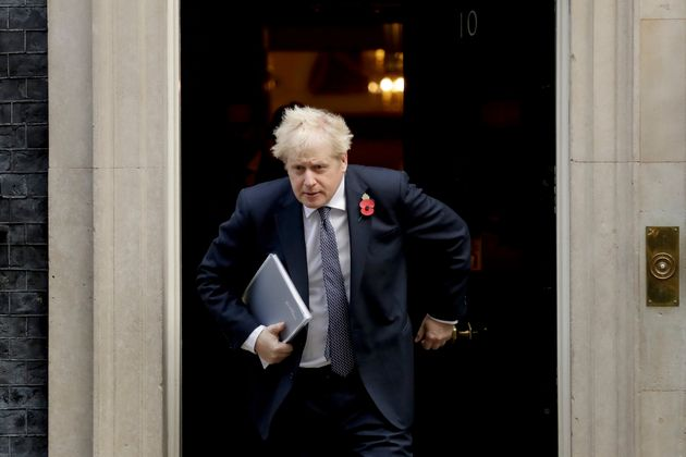 Le Premier ministre britannique Boris Johnson quittant le 10 Downing Street le 10 novembre 2020. (AP...