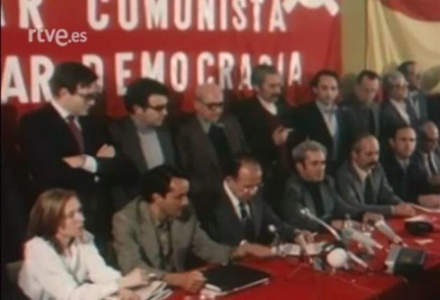 Rueda de prensa del PCE donde Santiago Carrillo anuncia el uso de la bandera del partido y la rojigualda...