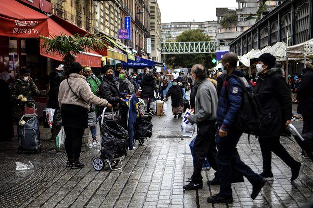 Des habitants de Saint-Denis font leurs courses en portant des masques, le 10 novembre 2020. (Photo CHRISTOPHE...