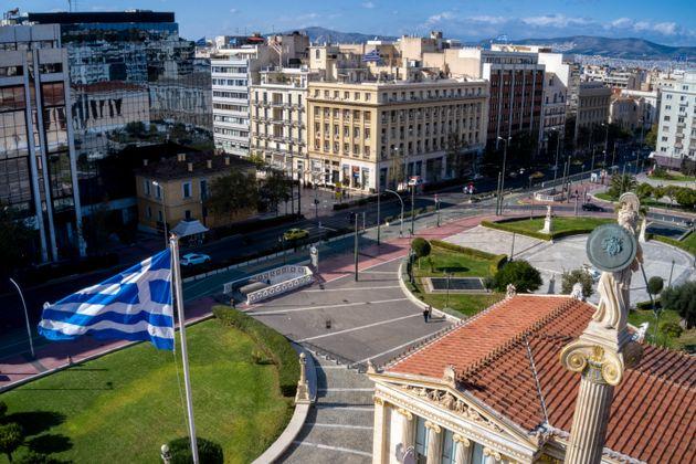 Lock down στην Αθήνα. Ελάχιστοι άνθρωποι κυκλοφορούν στις κάποτε πολυσύχναστες πλατείες και εμπορικούς