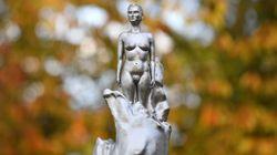 La sculpture nue de cette éminente féministe et philosophe à Londres fait