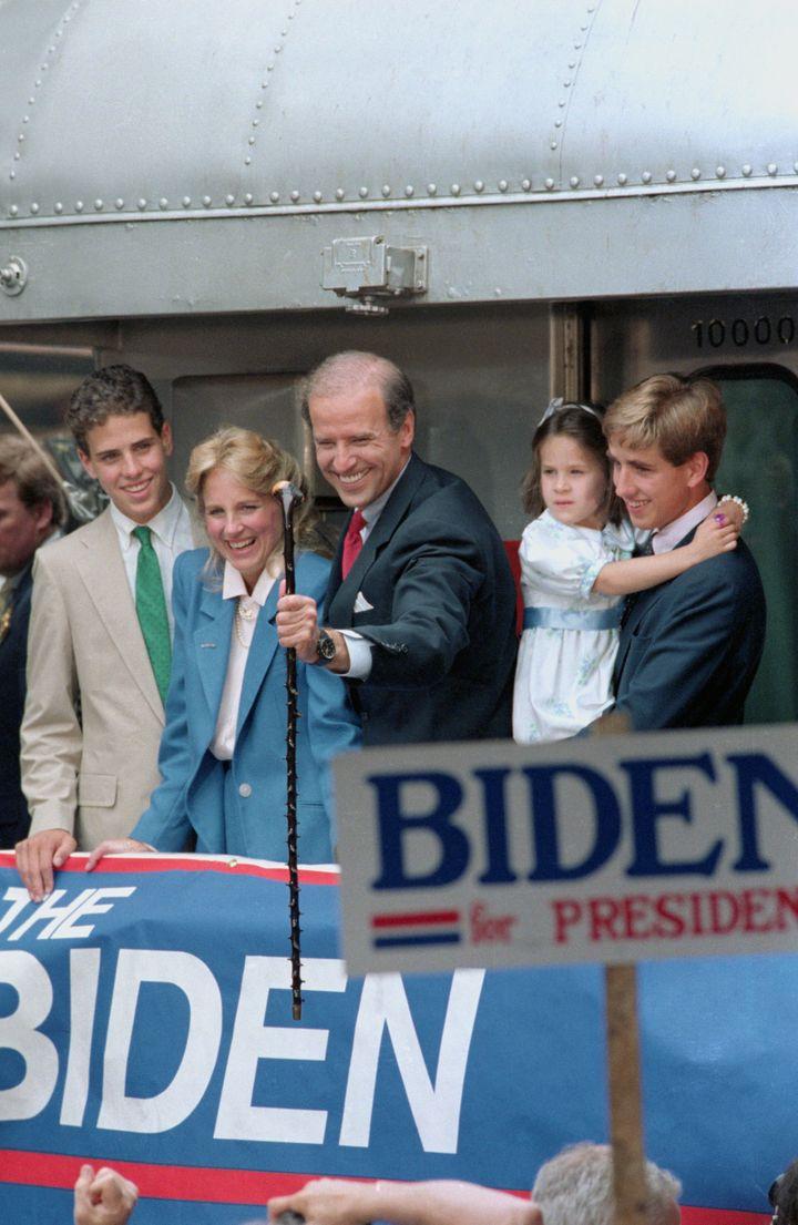 En brazos de su hermano Beau durante un acto de campaña de su padre.
