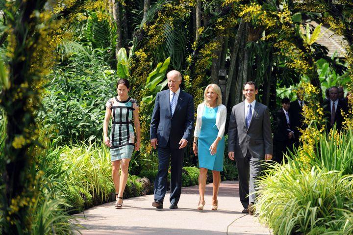 Con sus padres y su marido en Singapur en 2013.