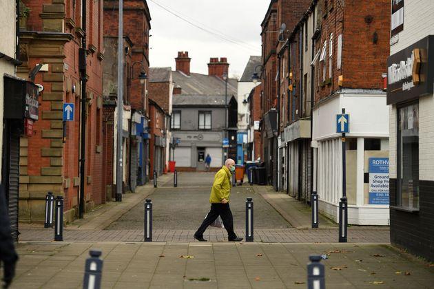 Un passant à Manchester mercredi 11 novembre alors que l'Angleterre fait face à son deuxième...