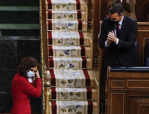 El presidente del Gobierno, Pedro Sánchez, aplaude a la ministra de Hacienda, María Jesús...