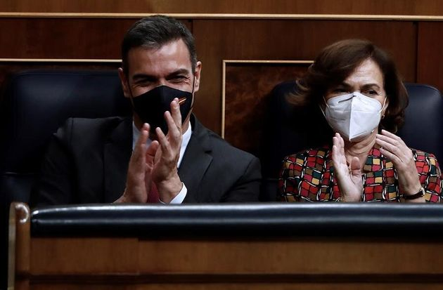 El presidente del Gobierno, Pedro Sánchez, y la vicepresidenta, Carmen Calvo, durante el pleno...
