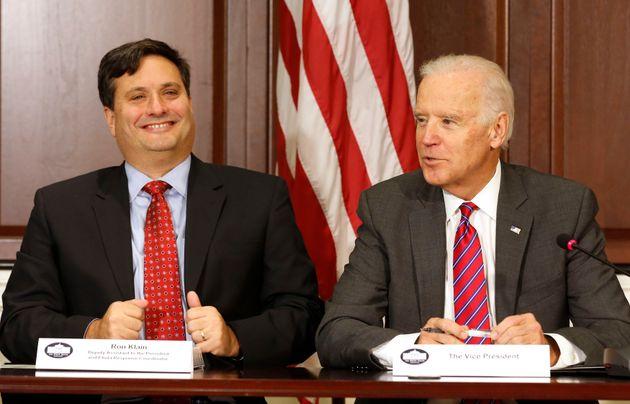 Biden junto a Klain el 13 de noviembre de 2014 en la Casa Blanca (REUTERS/Larry
