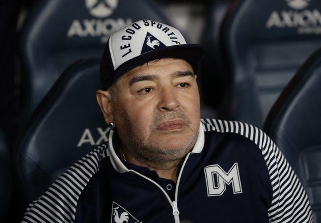 Huit jours après son opération à la tête, Maradona est sorti de l'hôpital....