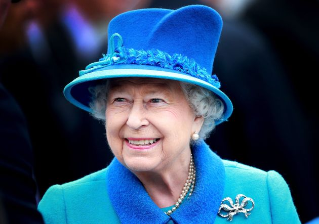 La reina Isabel II el 9 de septiembre de 2015 en Tweedbank, Escocia.  En este día, se convirtió en la reinante más larga ...