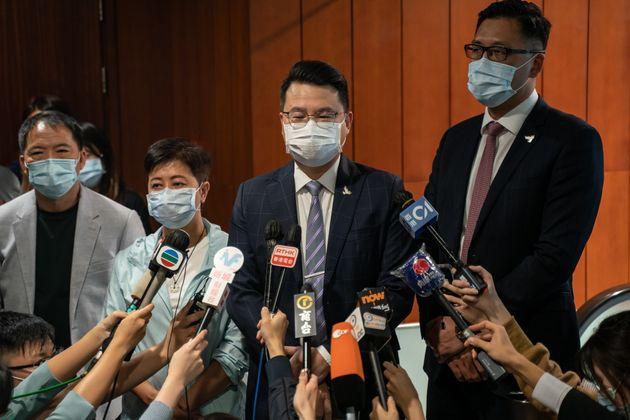 홍콩 입법회의 민주파 의원들이 동료 의원의 자격 박탈에 항의하며 집단으로 사퇴했다. 이로써 입법회에는 친중파 의원들만 남게 됐다. 사진은 사임서를 제출한 의원들이 기자들의 질문에 답하고...