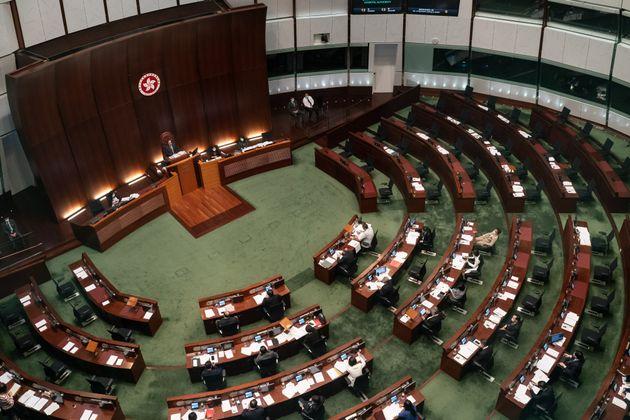 입법회 본회의장에 빈 자리가 보인다. 민주파 의원 19명이 모두 사퇴하면서 입법회에는 친중파 의원들만 남게 됐다. 홍콩. 2020년