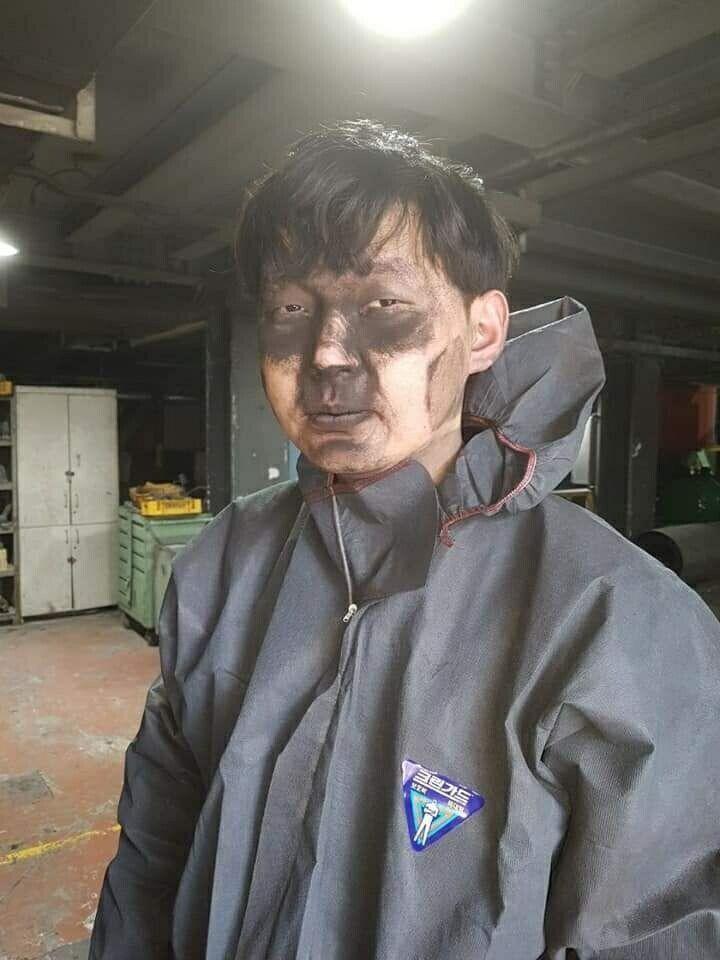 현대자동차 전주공장에서 마스크를 쓰고도 분진을 마시며 일하는 사내하청 비정규직의 모습. 쇳가루, 유리가루 등 분진을 모아주는 집진기를 정비하기 위해 들어갔다 나온 직후의