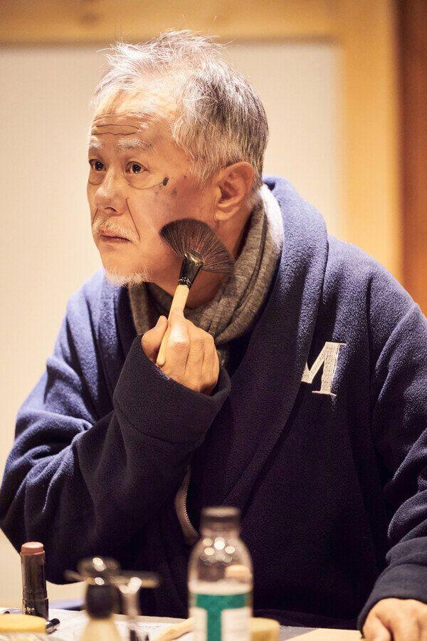 연극 <더 드레서> 공연 연습을 하고 있는 송승환. 사진 정동극장 제공