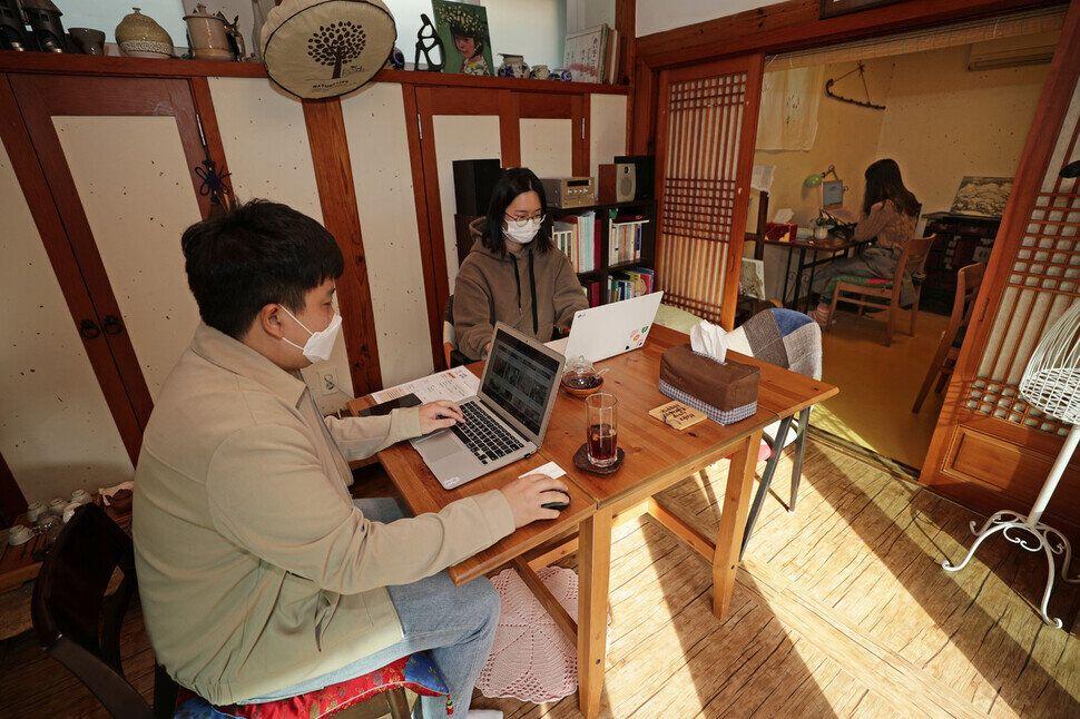 이용자들이 한옥유진하우스에서 업무를 보고있다.
