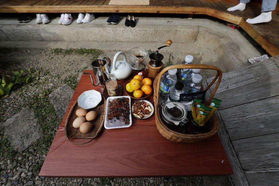 """호스트 김영연씨가 준비한 다과. 커피와 떡, 감귤, 삶은 달걀 등이 놓여 있다.&nbsp;<a href=""""http://www.hani.co.kr/arti/society/society_general/969818.html?_fr=mt3#csidxc4709543c7456c3b180ef7bfd0a359b""""></a>"""