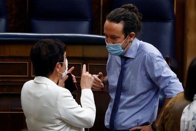 El vicepresidente segundo del Gobierno, Pablo Iglesias, conversa este jueves en el Congreso con la portavoz...