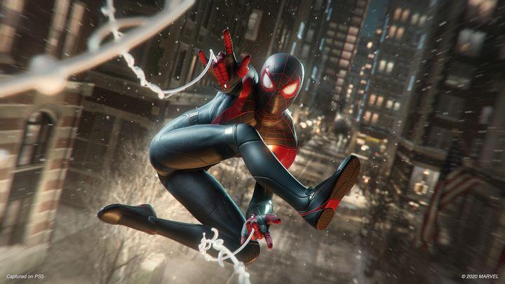 "<em><a href=""https://www.amazon.es/Marvel%C2%B4s-Spider-Man-Miles-Morales-Ultimate/dp/B08JHV7JVH/?tag=huffpost2018-21"" target=""_blank"" data-ylk=""subsec:paragraph;itc:0;cpos:__RAPID_INDEX__;pos:__RAPID_SUBINDEX__;elm:context_link"" data-rapid_p=""1"" data-v9y=""1"" role=""link"">Marvel's Spider-Man: Miles Morales</a> </em> inaugura el catálogo de PlayStation 5."