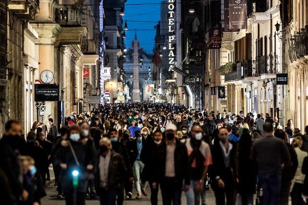 07/11/2020Roma,Cittadini romani e i turisti affollano le vie del centro durante il primo week end con...