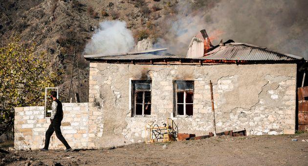 Les villageois brûlent leurs (Photo de ALEXANDER NEMENOV/AFP via Getty