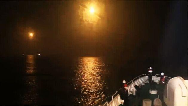 해양경찰이 지난 14일 밤 서해 북단 소연평도 인근에서 조명탄을 투하해 전복 어선 선원 실종자 수색작업을 벌이고