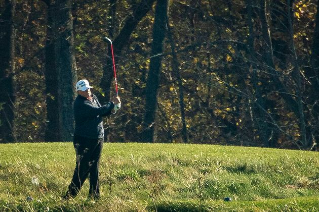 Ο Τραμπ παίζει γκολφ...