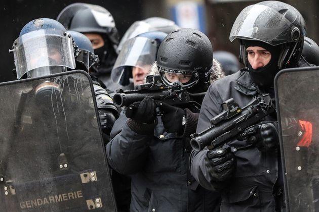 À quoi jouent Gérald Darmanin et la majorité sur le floutage des policiers? (photo...
