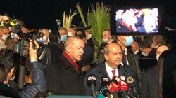 Προκλητικό σόου Ερντογάν υπό καταρρακτώδη βροχή στα