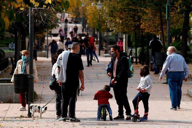 Gente paseando por un parque de la Comunidad de
