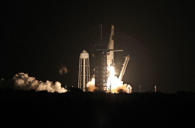 우주비행사 네 명을 태운 '크루-1'이 실린 스페이스X 팰콘9 로켓이 미국 플로리다주 케네디우주센터에서 발사되고 있다. 2020년