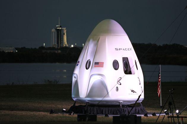 실물크기의 '크루-1' 우주선이 전시되어 있다. 2020년