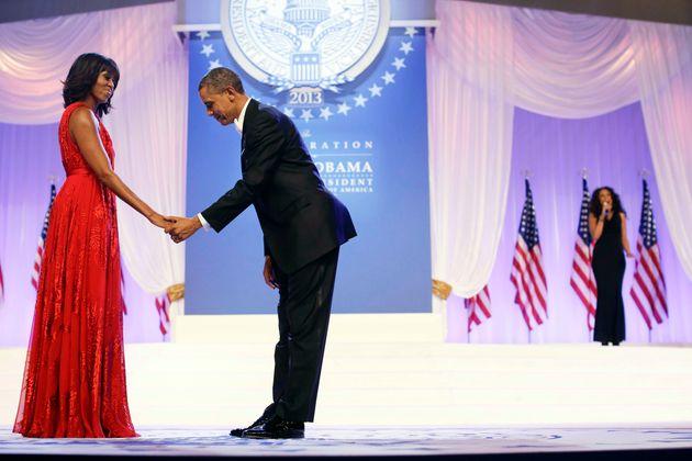 Barack Obama y su esposa Michelle, en un baile en Washington, en