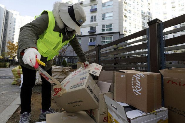 재활용 분리배출을 돕는 자원관리도우미 홍금옥씨가 11일 오전 서울 강서구의 한 아파트 분리수거장에서 재활용품을 재분류하고