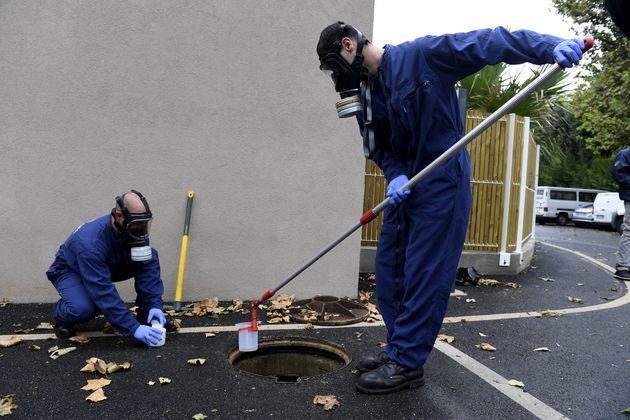 Des pompiers effectuant des prélevement dans les égouts d'un Ehpad marseillais, le 2 octobre 2020 (Photo...