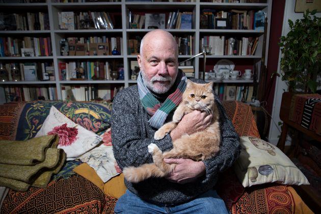 Ramón Lobo, con 'Morgan', en su casa de Madrid.
