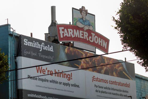 Un letrero en el matadero Farmer John en Vernon anuncia vacantes de trabajo en mayo después de más de 150 ...