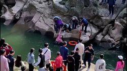 El cónsul británico en China salva a una joven que se estaba